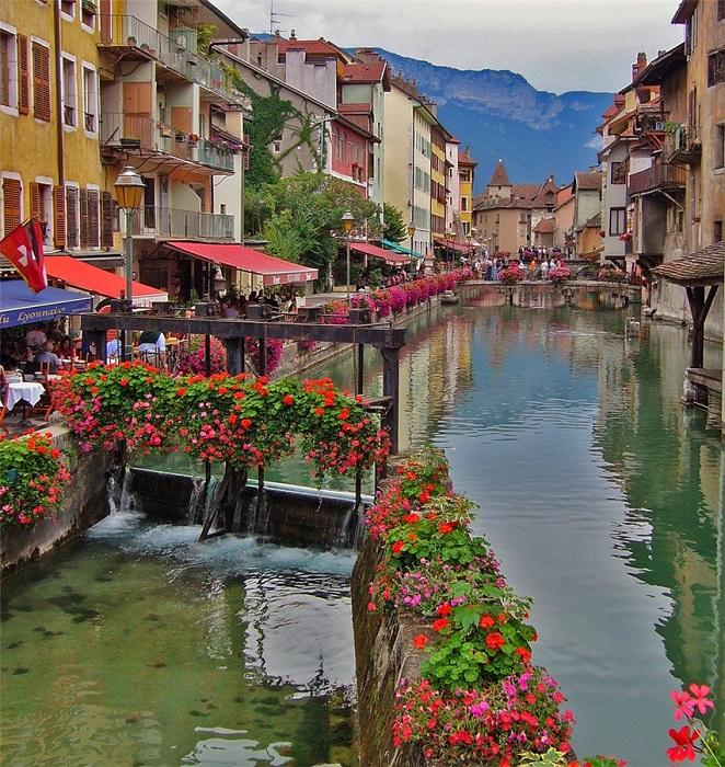 Один из самых красивых городков Франции.
