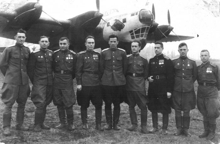 Экипаж бомбардировщика Пе-8 № 4214 на фоне своего самолета, ноябрь 1945 года.