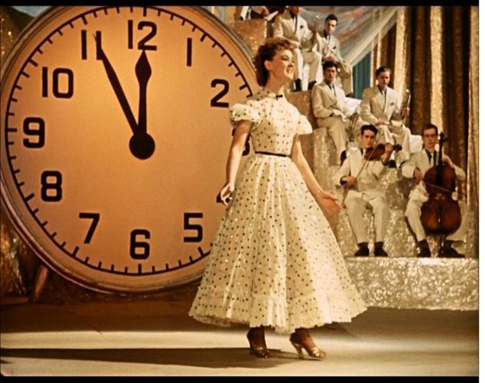 Людмила Марковна в роли Лены Крыловой, которая спела: «Пять минут, пять минут…».   Фото: kinozon.tv