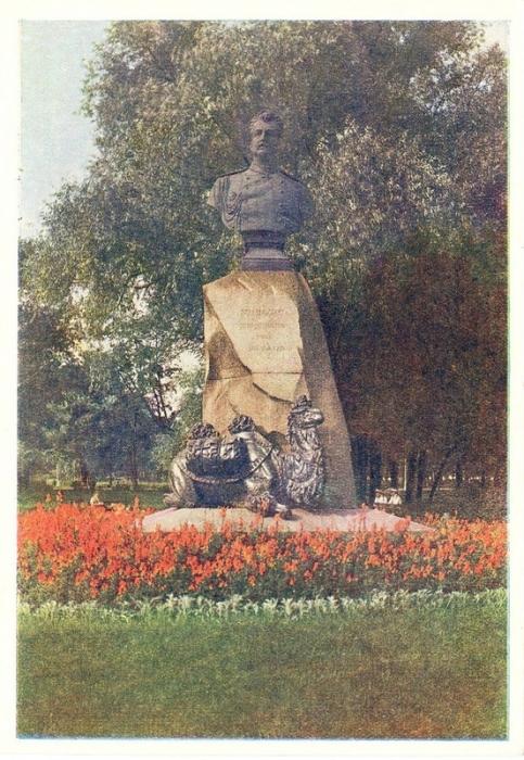 Постамент российскому путешественнику, географу и исследователю. Находится в Александровском саду в Адмиралтейском районе города.