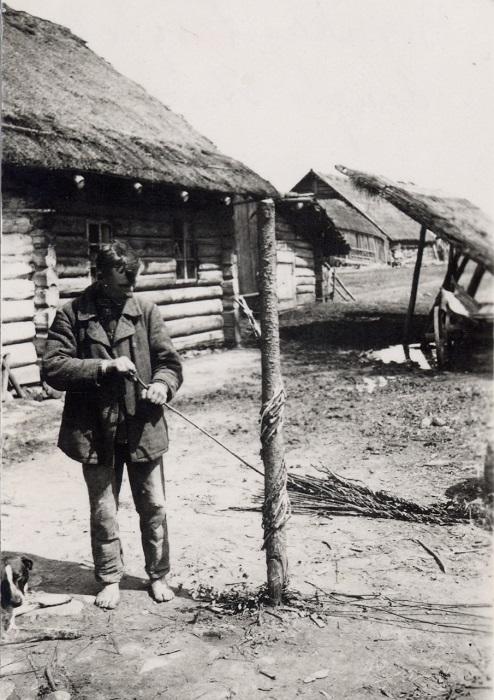 В старину веревки плели в ручную, 1939 год. Фотограф: Семак Франца.