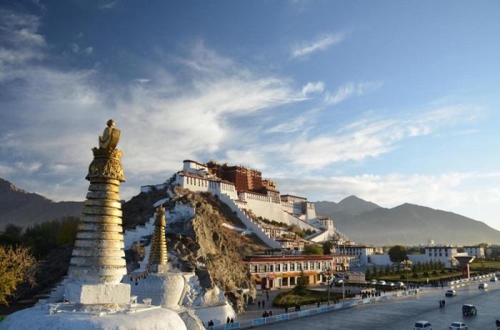 Историческая столица Тибета, удаленная обитель Далай-лам, объект паломничества, а также сердце и душа Тибета.