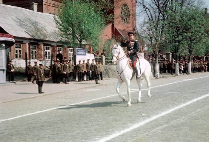 Командующий Белорусским военным округом объезжает войска на площади Ленина (в настоящем времени Независимости) во время военного парада в честь праздника 1-го Мая.