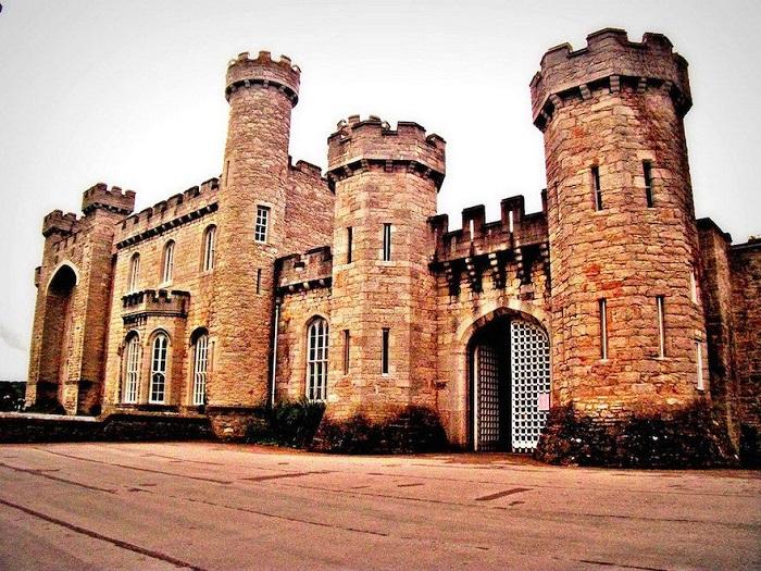 Реконструированный средневековый замок, исторический и архитектурный памятник, который находится в графстве Денбишир, Уэльс.