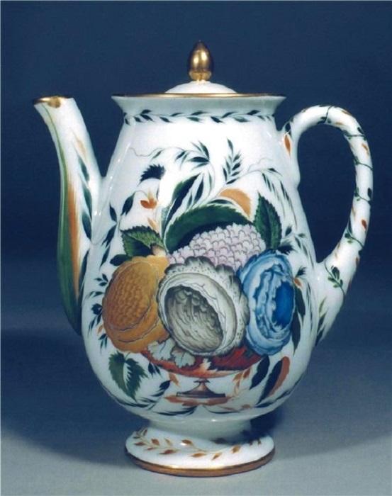 Кофейник из сервиза «Три розы» расписан позолотой и красками. Автор Чехонин, 1923 год.