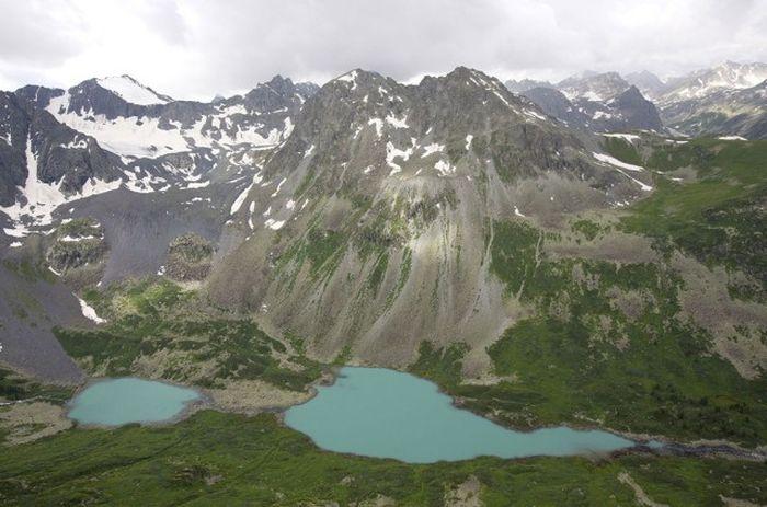 Средняя Катунь, от реки Коксы до реки Сумульты, проходит в области высоких горных хребтов.