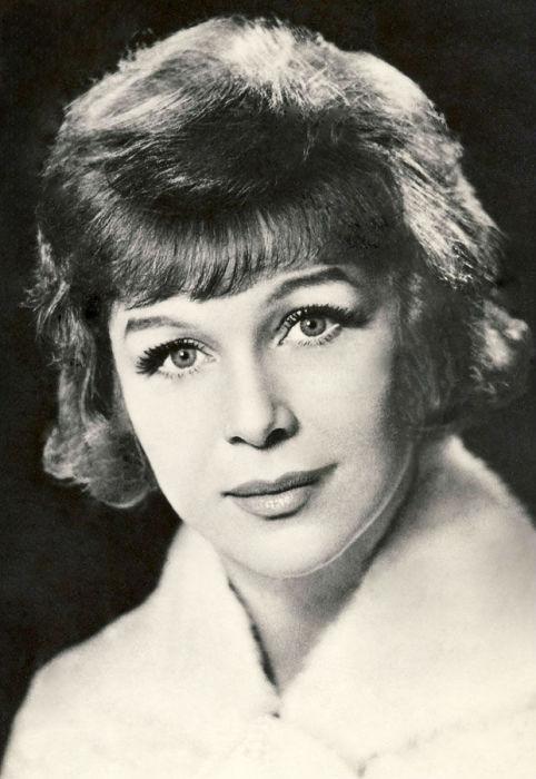 Среди плеяды красивейших советских актрис Нинель Мышкова заняла особое место. Она была не просто красива - ослепительна.