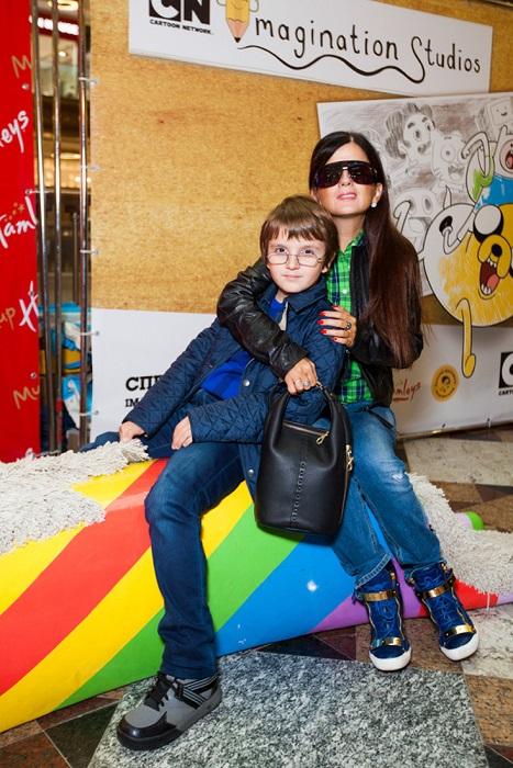 Сын певицы с раннего возраста привык во всем помогать маме. / Фото: woman.ru