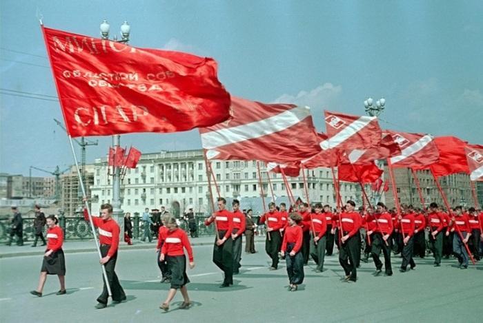 Демонстрационное шествие с флагами в честь празднования 1-го Мая.