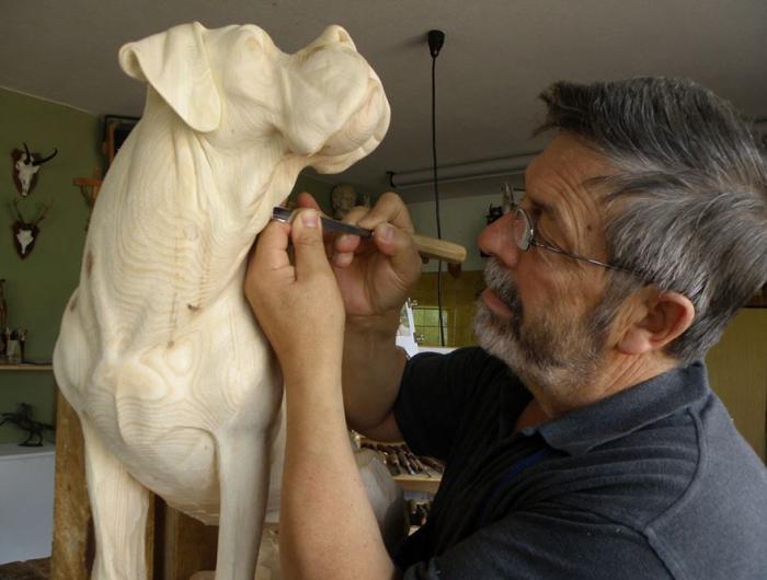 Австрийский резчик-анималист Джузеппе Румерио (Giuseppe Rumerio) работает над очередной скульптурой. | Фото: medium.com