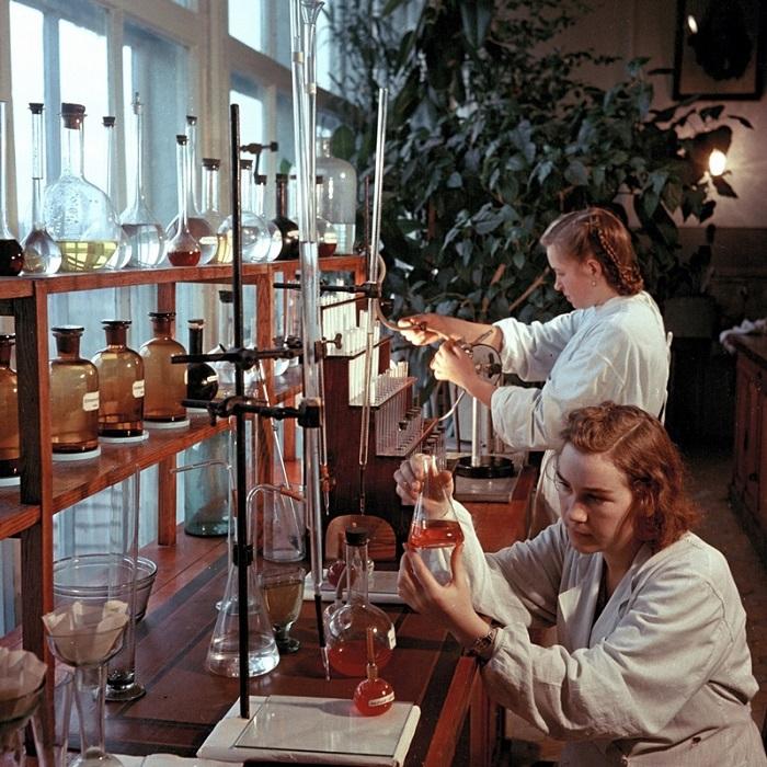 Проведение опытов химическими реактивами.