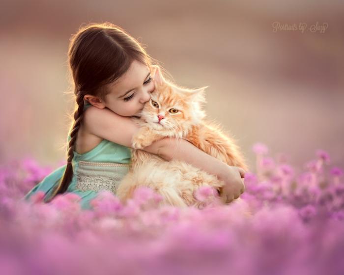 У каждого ребенка должен быть кот, который станет его лучшим другом. Фотограф - Suzy Mead.