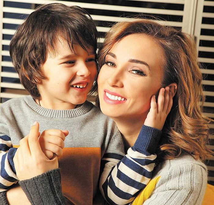 Счастливая телеведущая со своим обаятельным сыночком. / Фото: viva.ua