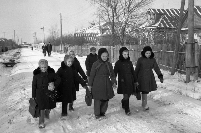 Детвора, после занятий дружно идёт домой, 1959 год.