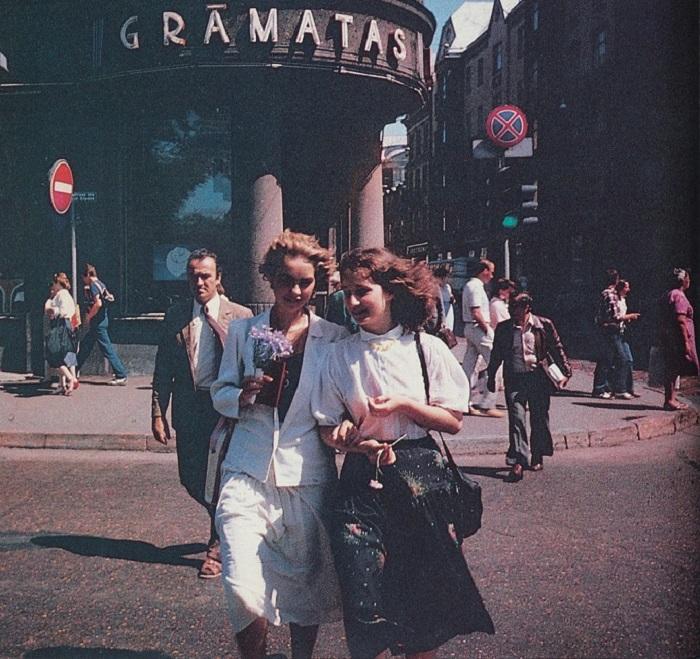 Девушки на фоне магазина «Книги».