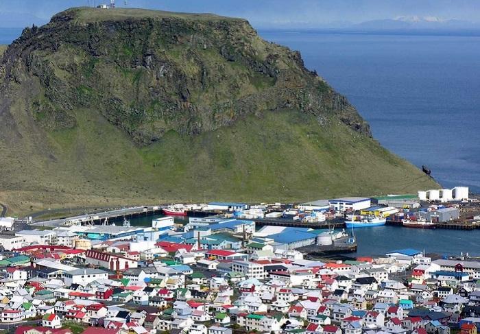 Невеликий архіпелаг на південь від Ісландії.
