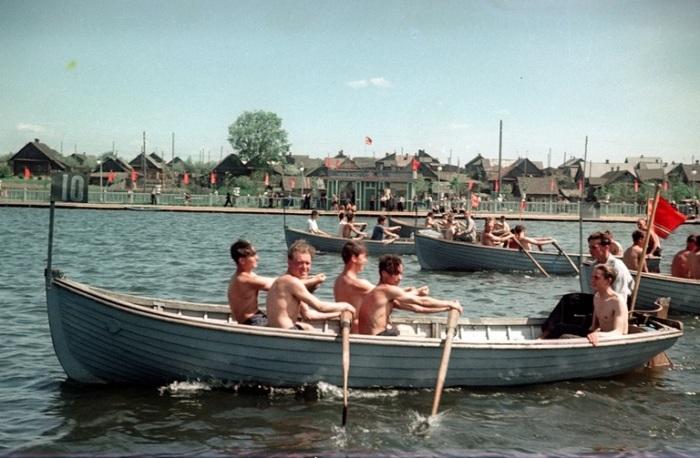 Участники дружеских соревнований на лодках.