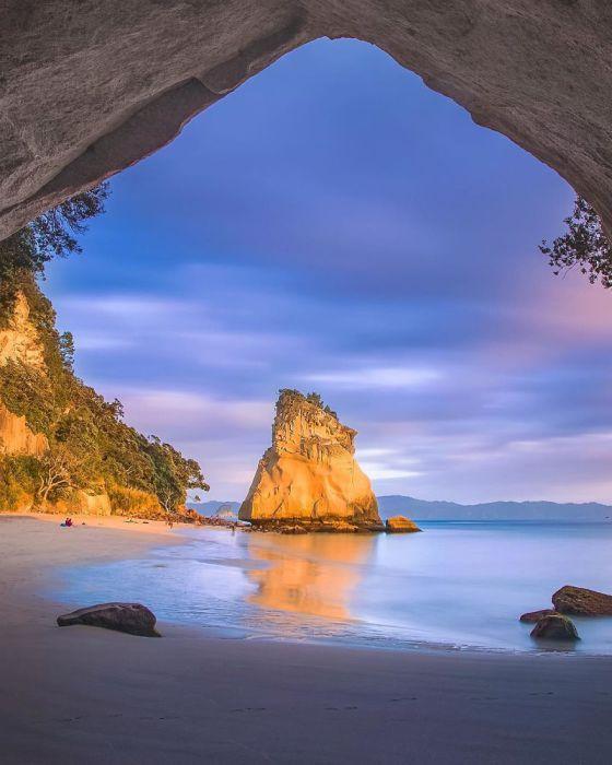 Часть залива освещается лучами восходящего солнца.