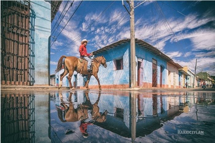 Отражение в городе после дождя.