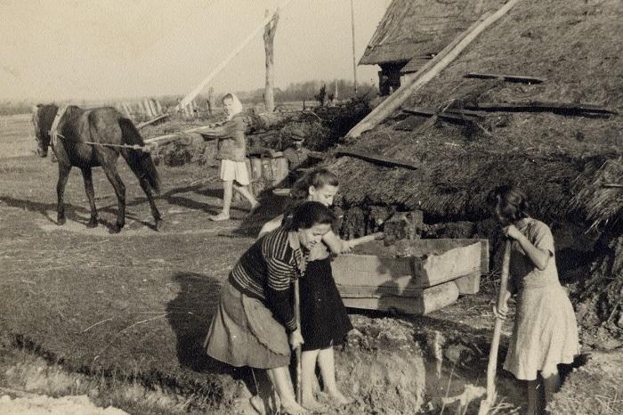 Производство кирпича для печи, 1937 год.