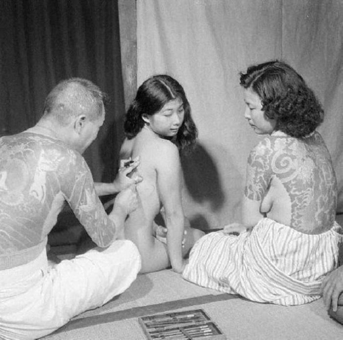 Традиционный ручной метод нанесения татуировок.