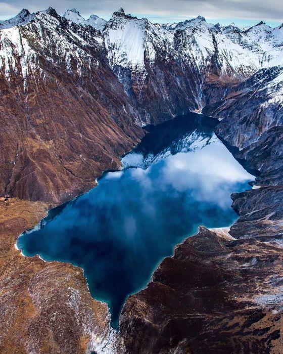 Вид на Новозеландские горы и озеро с высоты птичьего полета.