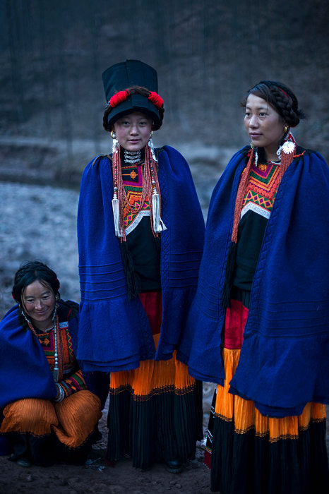 Женщины в ярких национальных костюмах.