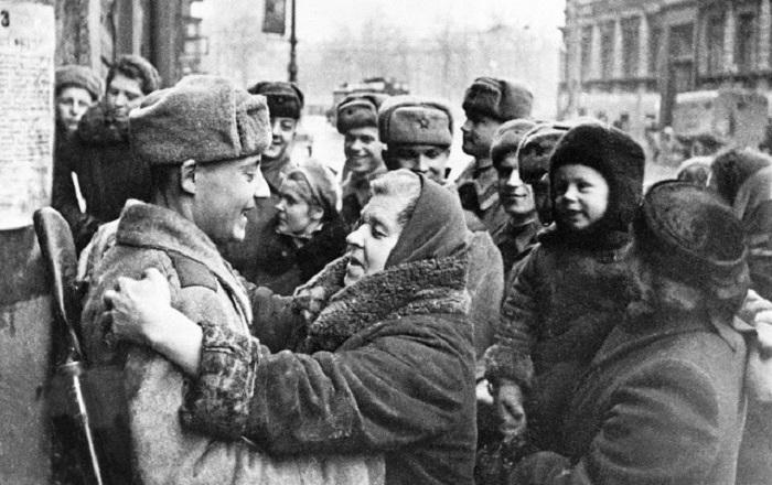 Жители встречают своих освободителей.