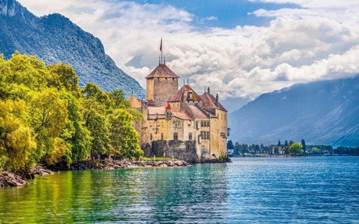 Один из самых зеленых городов Европы, известен большим количеством достопримечательностей.