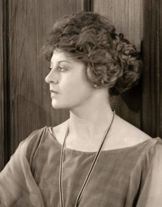 Американка была первой женщиной-актрисой, которая заключила контракт с «Universal Studios» - это произошло еще в 1915 году.