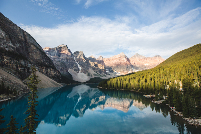 Невероятное сочетание двух стихий – вода и горы. Фотограф - Justin Lee.