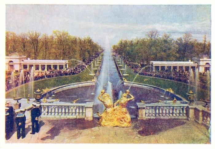 Вид с Большого каскада на огромный по размерам фонтанный комплекс у подножья Большого дворца.