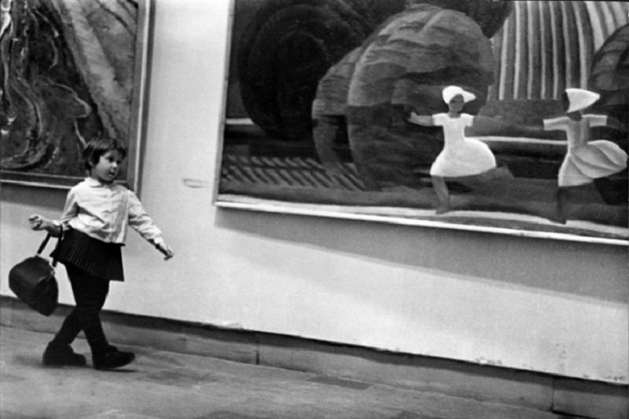 Будущая светская львица, ценительница прекрасного, 1960 год. Фотограф Николай Токарев.