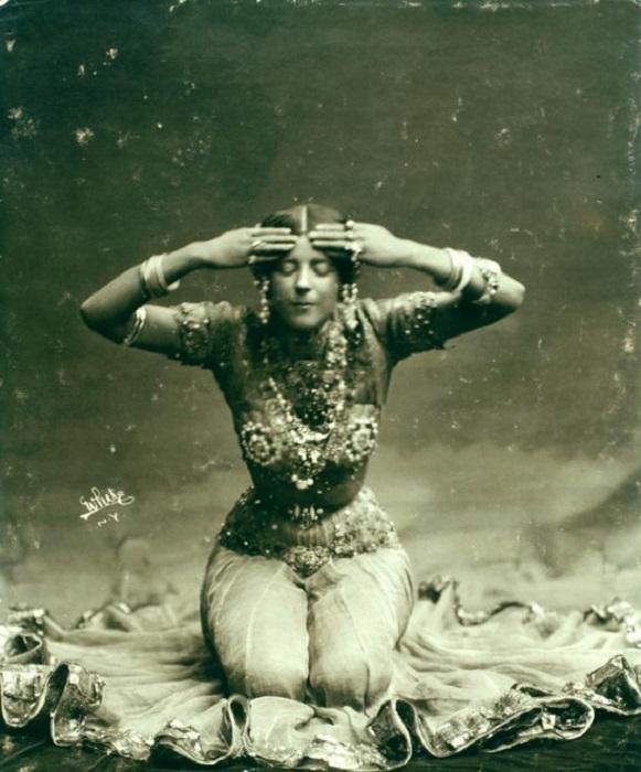 Американская танцовщица, увлеченная Востоком, любила выступать в восточном стиле в экзотических и полупрозрачных костюмах, с роскошными декорациями и световыми эффектами.