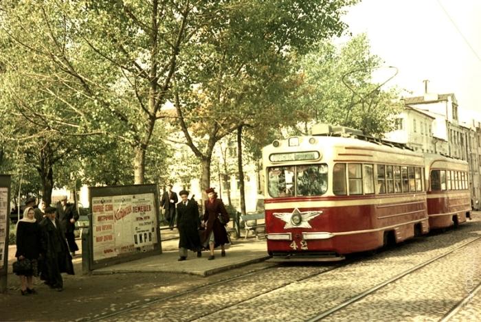 Трамвай, проезжающий по площади Свободы.