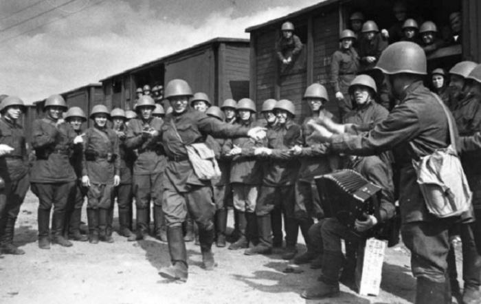 Пляшет красноармеец В.Кочетков, 1941 год. Фотограф Александр Устинов.