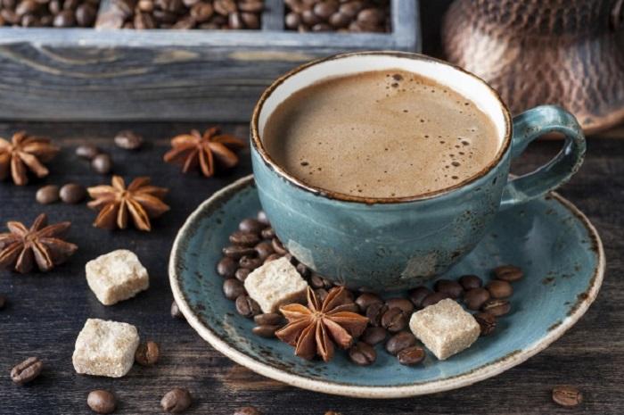 Смесь специй: семечек кунжута, черного перца и мускатного ореха перемалывается с кофейными зёрнами, и получается очень ароматный напиток.