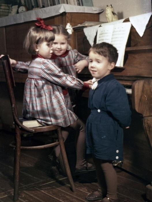 Ядвига (слева) и Кристина - дочери белорусского композитора Константина Поплавского – во время занятий по музыке.