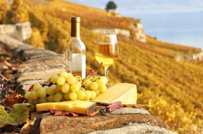Пикник по-французски: вино, сыр, виноград.