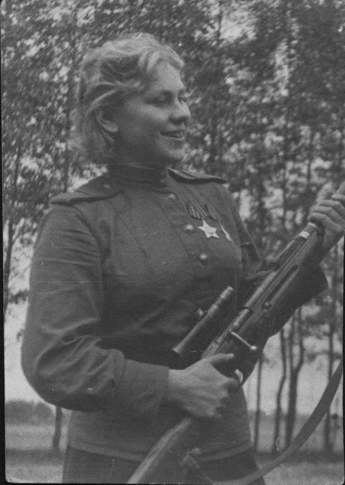 Старший сержант Роза Георгиевна Шанина - снайпер 184-й стрелковой дивизии кавалер Ордена Славы II и III степеней.