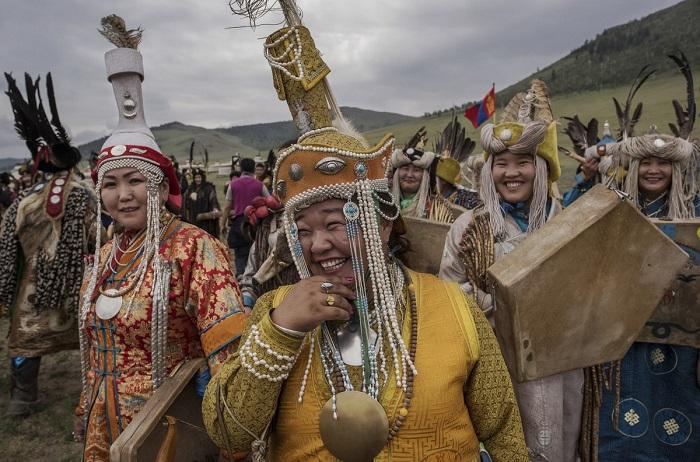 Среди шаманов много женщин – именно они смогли не привлекать внимания властей во времена запрета шаманизма.