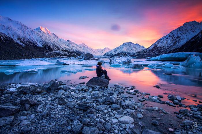 Озеро с ледниками завораживает взгляд человека.