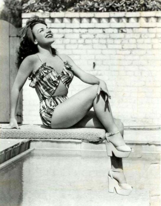 Бразильская певица, танцовщица, актриса португальского происхождения.