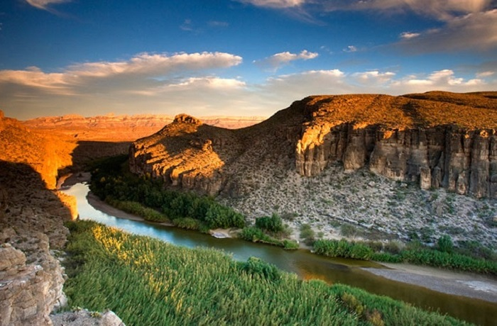 Пограничная река, разделяющая США и Мексику на протяжении 2 тыс. км - от города Эль-Пасо до самого устья, образованного при впадении реки в Мексиканский залив.