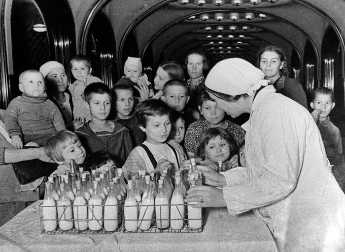 Кормление детей свежим молоком.