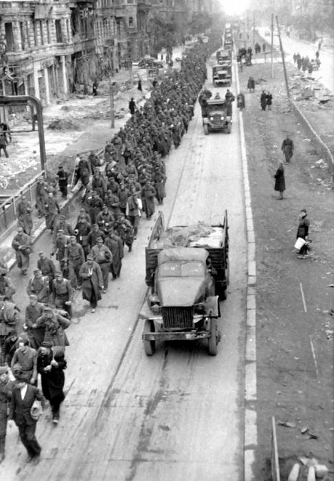 Колонна немецких пленных на марше по улице Берлина.