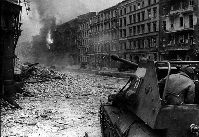 Советская самоходная артиллерийская установка СУ-76 ведет огонь по врагу, во время боев в Берлине.