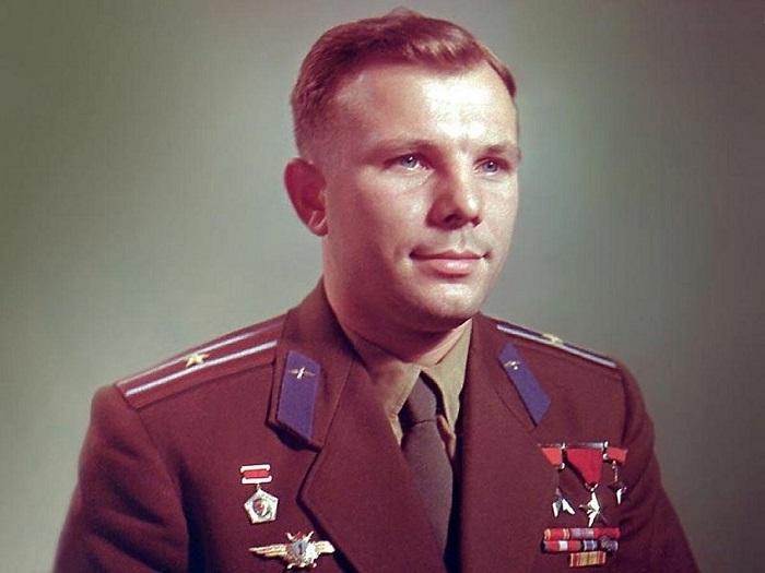 Вся страна, включая родственников, узнала имя первого космонавта только накануне полета. | Фото: fakeoff.org.