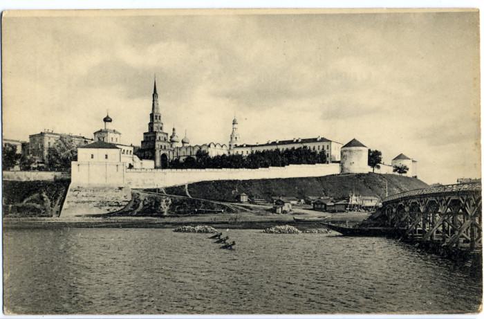 Издавна через Казанку устраивались плавучие мосты, в виду резкого сезонного колебания уровня Волги и Казанки.