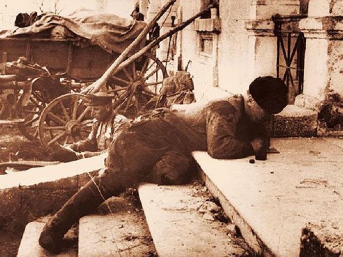 Рядовой Г. Шарков пишет письма на родину с передовой линии фронта.